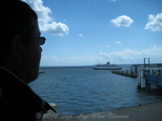 Kritischer Blick auf den Fährhafen Mukran